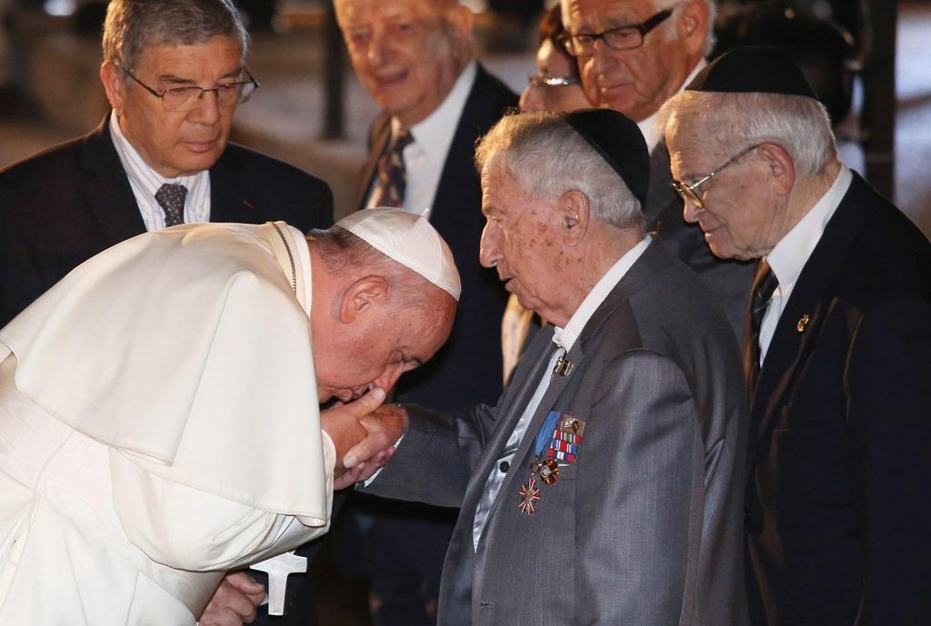папа Франциск целует руку.jpg