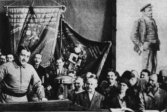 Тухачевский на трибуне 7 съезда Советов Белоруссии, 1925.png