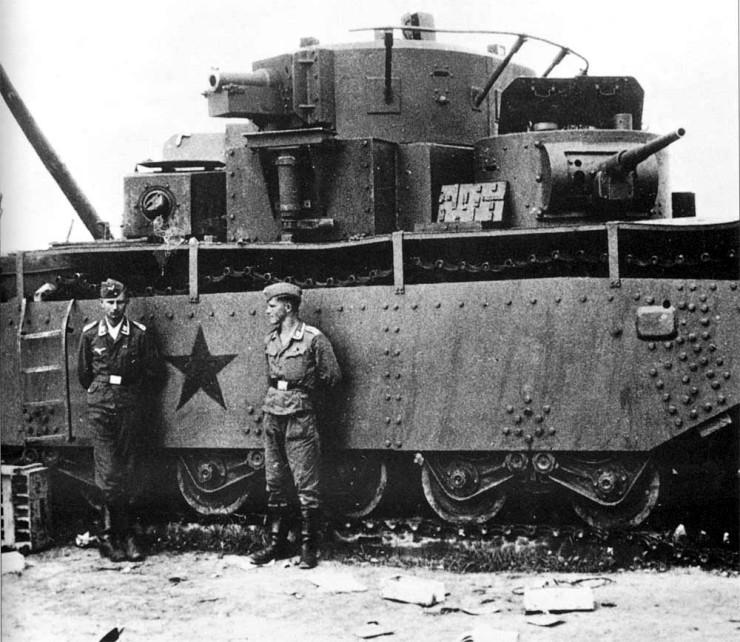 немцы у обездвиженного монстра Т-28.jpg