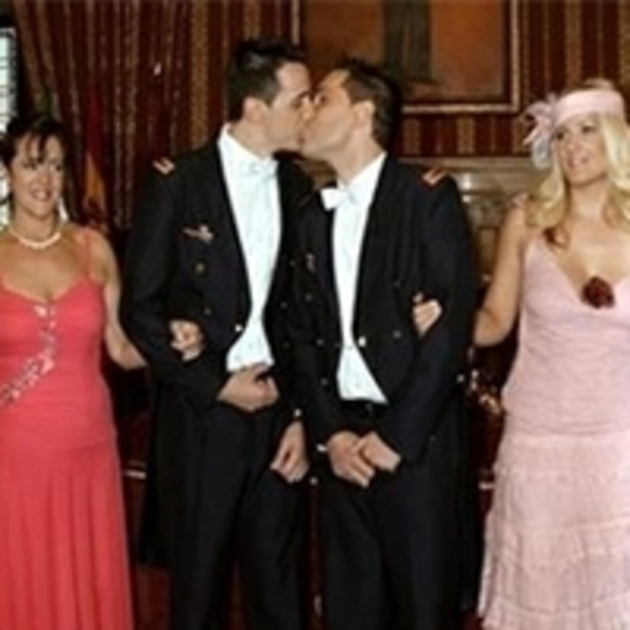 gei-v-svadebnom-plate